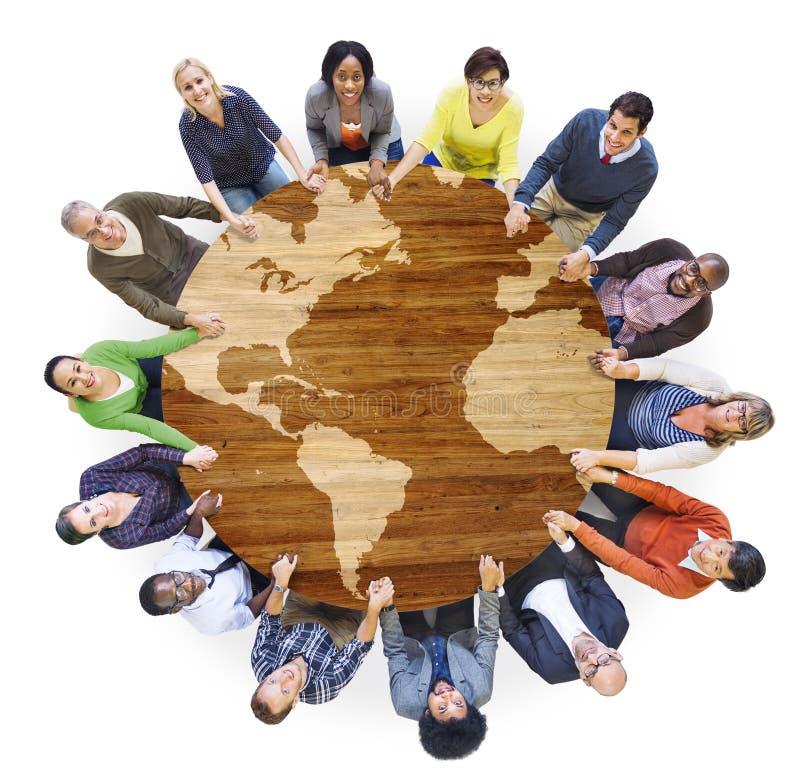 Grupo de povos multi-étnicos diversos que guardam as mãos fotografia de stock royalty free