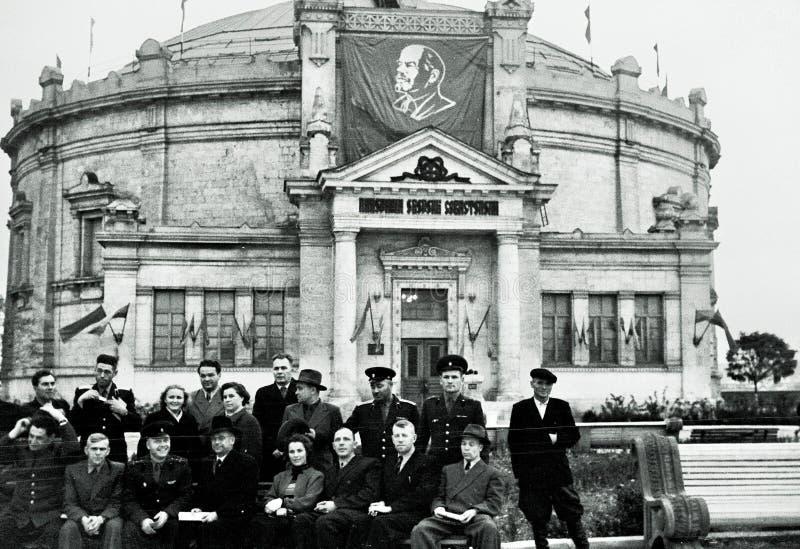 Grupo de povos soviéticos no panorama da defesa de Sevastopol, URSS foto de stock
