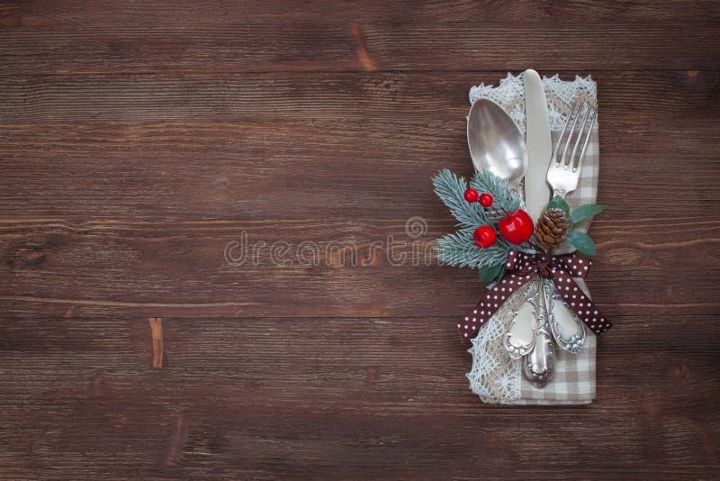 Grupo de prata da tabela do Natal Fundo de madeira velho fotos de stock royalty free
