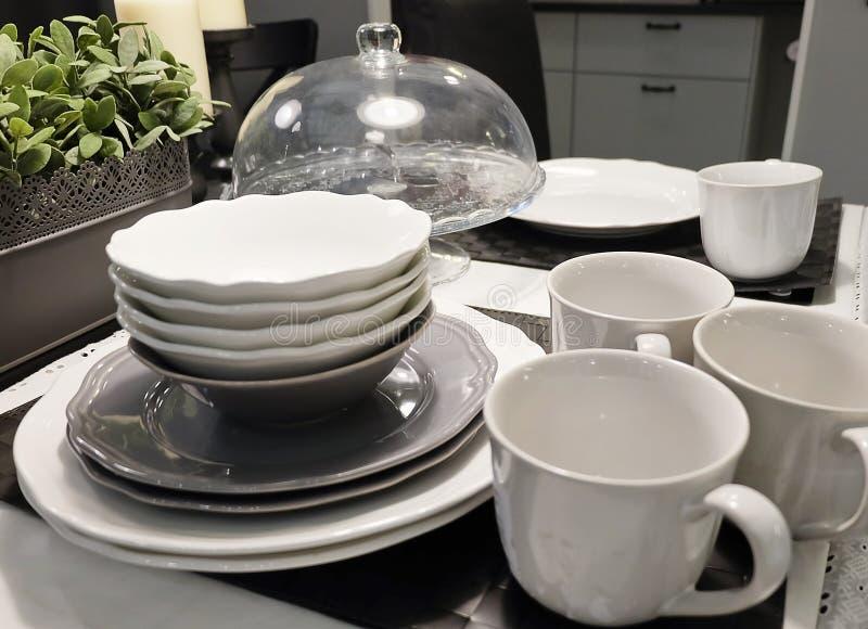Grupo de pratos de porcelana, de bacias, de placas e de copos de café imagens de stock royalty free