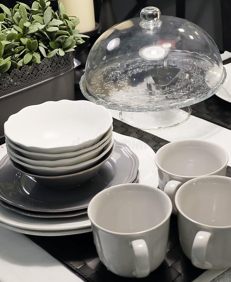 Grupo de pratos de porcelana, de bacias, de placas e de copos de café imagens de stock