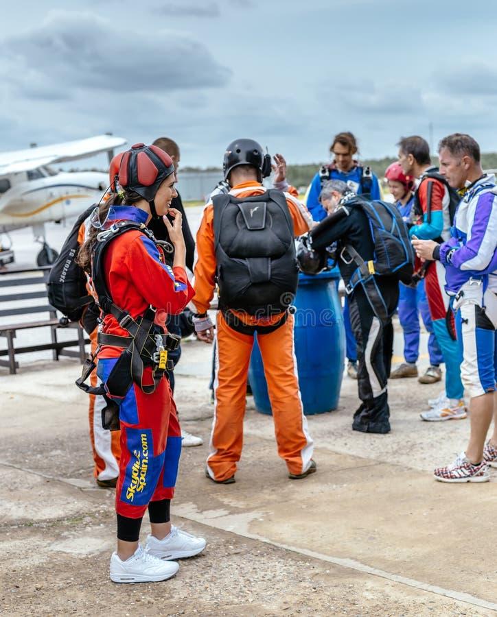 Grupo de prepaire dos skydivers a saltar em queda livre foto de stock royalty free
