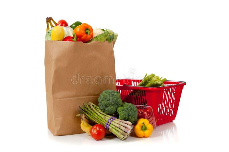 Grupo de producto fresco en un saco marrón de la tienda de comestibles fotos de archivo