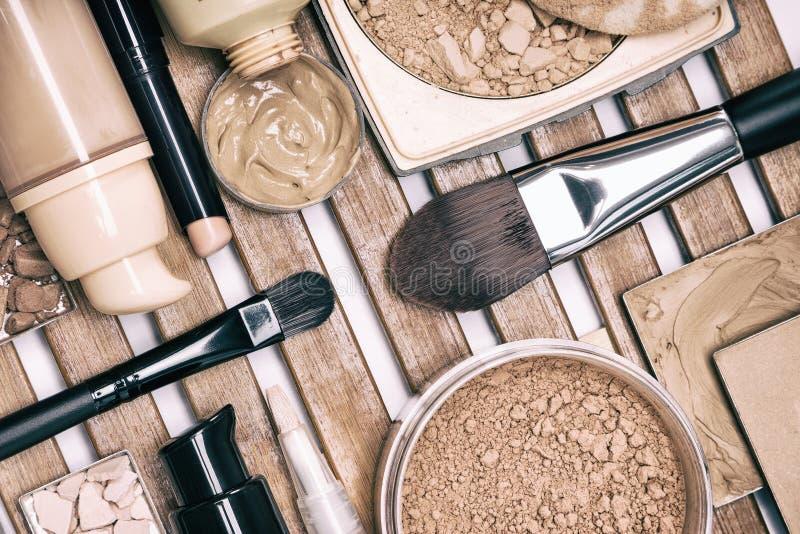 Grupo de produtos de composição da fundação no suporte de madeira imagem de stock