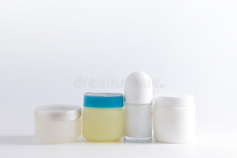 Grupo de produtos cosméticos em uns recipientes foto de stock