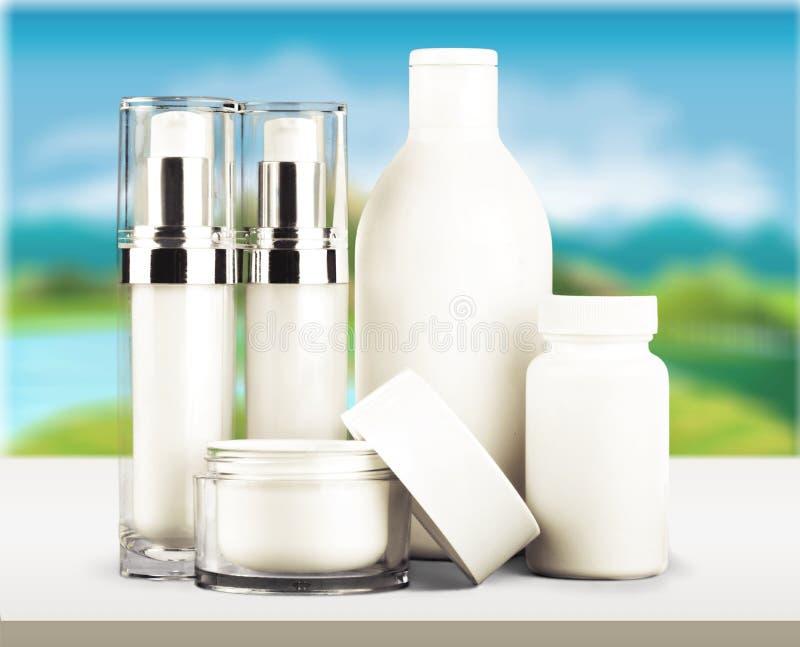 Grupo de produtos cosméticos no fundo borrado fotografia de stock royalty free