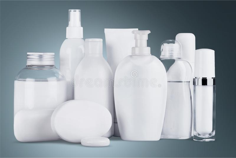 Grupo de produtos cosméticos no fundo borrado fotografia de stock