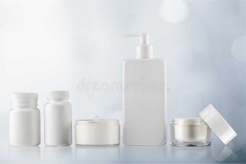 Grupo de produtos cosméticos no fundo claro imagens de stock
