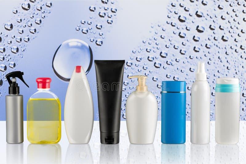 Grupo de produtos cosméticos no fundo do liht imagem de stock royalty free