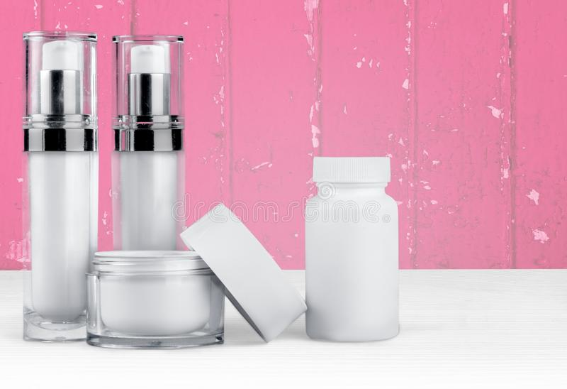 Grupo de produtos cosméticos nos recipientes brancos foto de stock