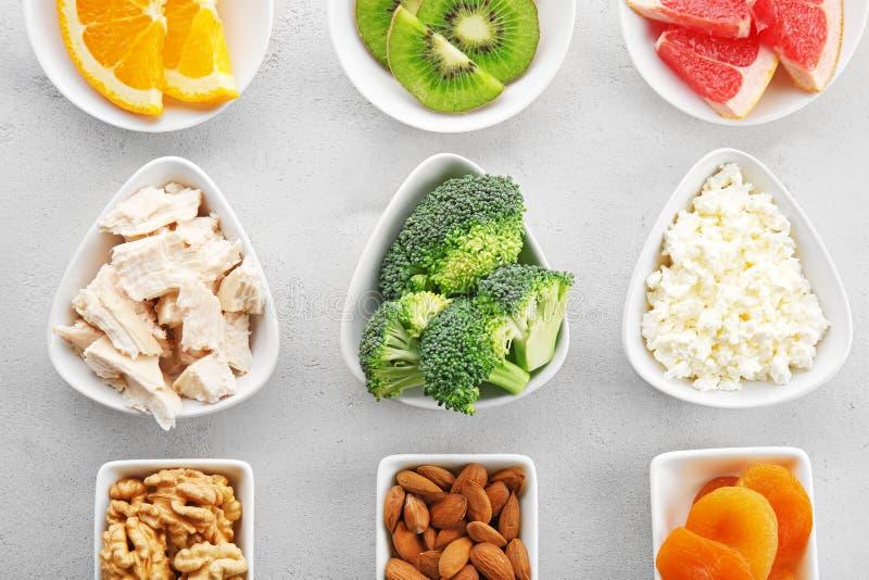 Grupo de produtos de dieta em uns pires imagem de stock royalty free