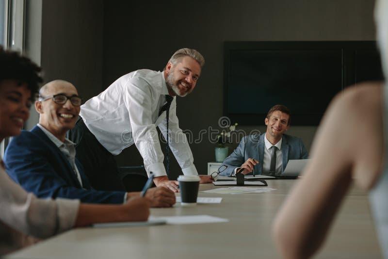 Grupo de profesionales corporativos durante la reunión fotografía de archivo
