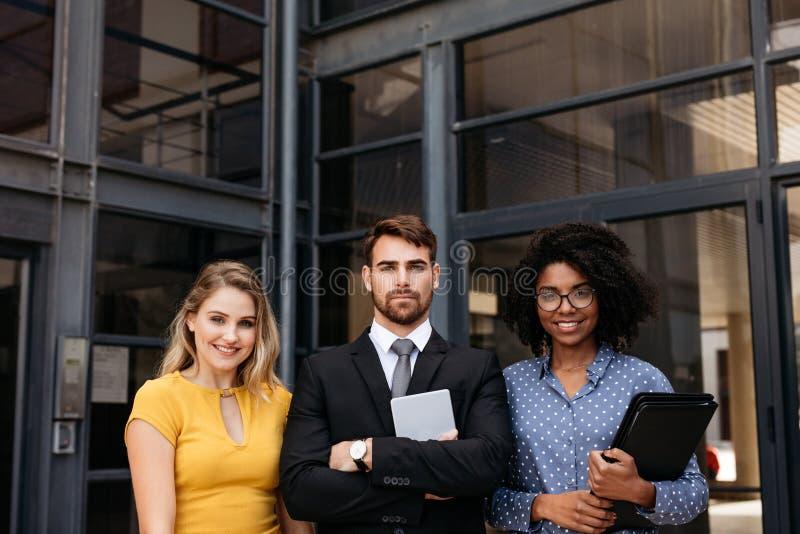 Grupo de profesionales corporativos que se unen fotos de archivo