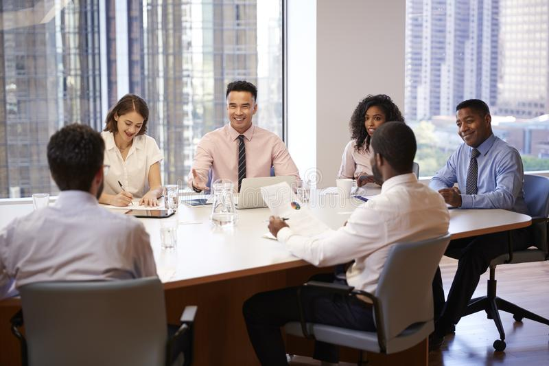 Grupo de profissionais do neg?cio que encontram-se em torno da tabela no escrit?rio moderno foto de stock royalty free