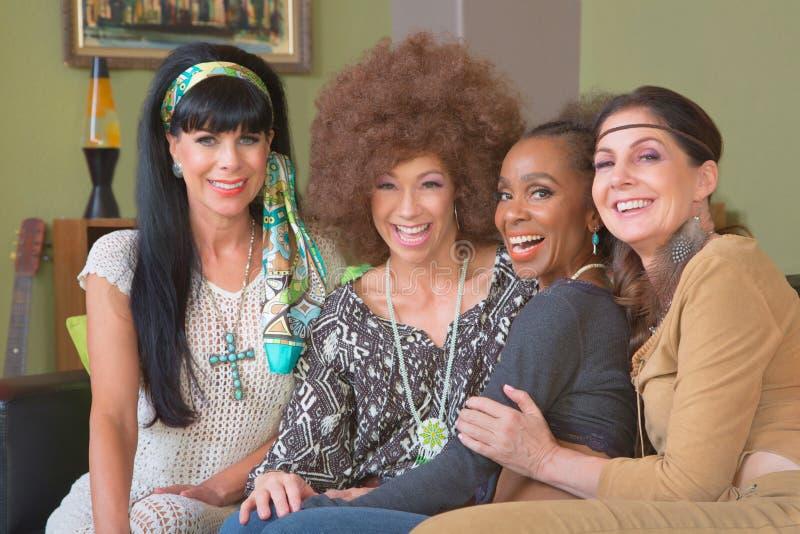 Grupo de quatro hippys Giggling imagens de stock