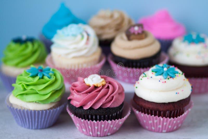 Grupo de queques brilhantemente coloridos imagens de stock royalty free
