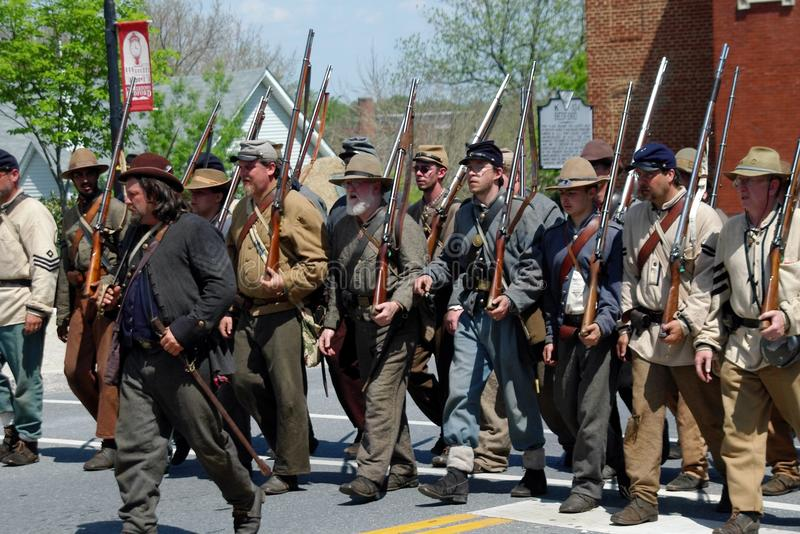 Grupo de Reenactors que desfila em Bedford, Virgínia imagens de stock royalty free