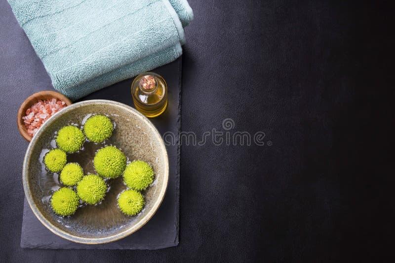 Grupo de relaxamento dos termas Molhe a bacia com flores verdes, sal, massagem o foto de stock