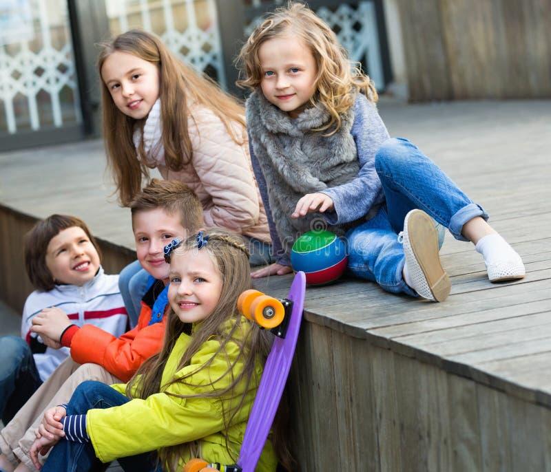 Grupo de retrato das crianças com bola e skate fotografia de stock royalty free