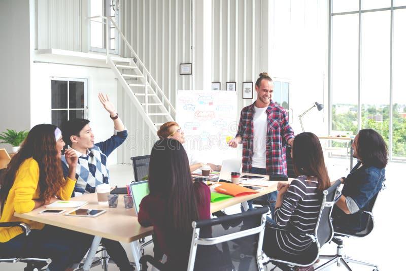 Grupo de reunião criativa asiática atrativa nova da equipe de projeto, sorrindo e rindo da oficina do escritório Empregado asiáti imagens de stock royalty free