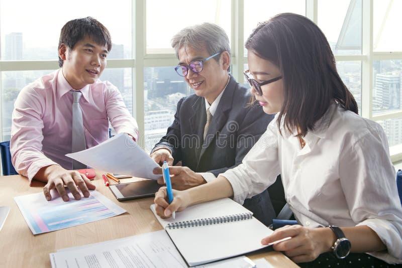 Grupo de reunião do relatório do projeto de trabalho da equipe do negócio no roo do escritório imagens de stock royalty free
