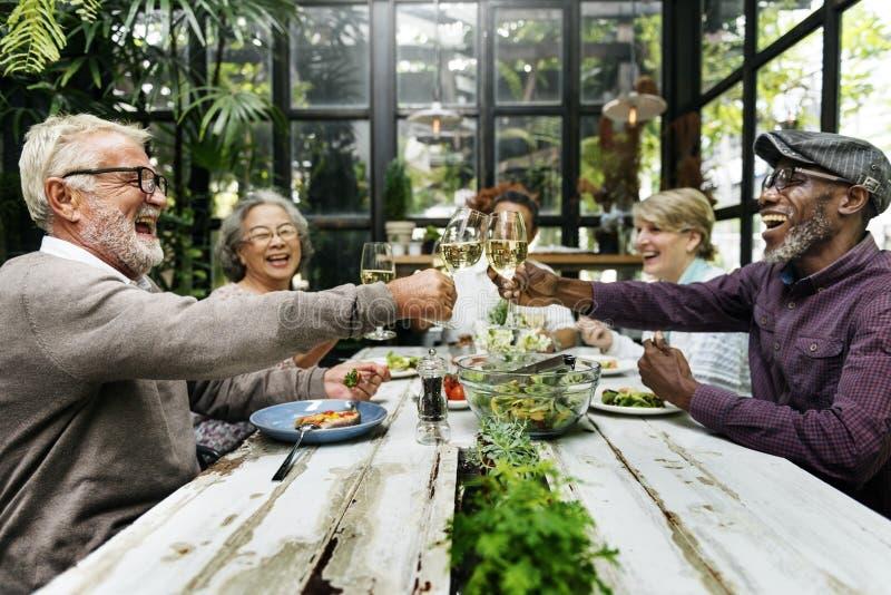 Grupo de reunião superior da aposentadoria acima do conceito da felicidade fotos de stock royalty free