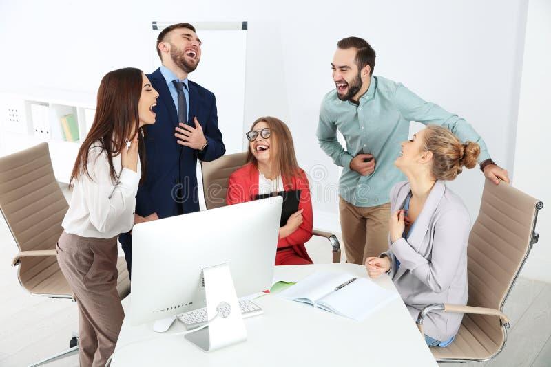 Grupo de riso dos empregados de escritório imagem de stock