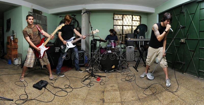 Grupo de rock na garagem fotografia de stock