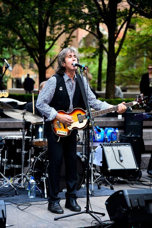 Grupo de rock que joga no festival de música da rua em New York fotografia de stock royalty free