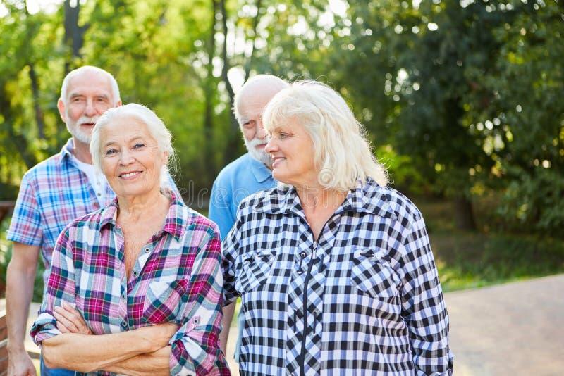 Grupo de sêniores em uma caminhada fotos de stock