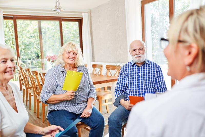 Grupo de sêniores em uma sessão da psicoterapia fotografia de stock royalty free