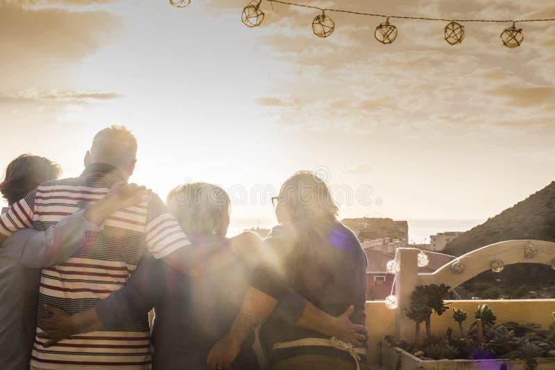 Grupo de sêniores junto no por do sol foto de stock royalty free