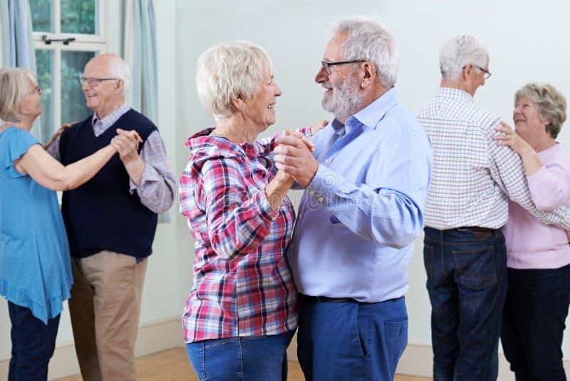 Grupo de sêniores que apreciam o clube de dança junto fotos de stock royalty free