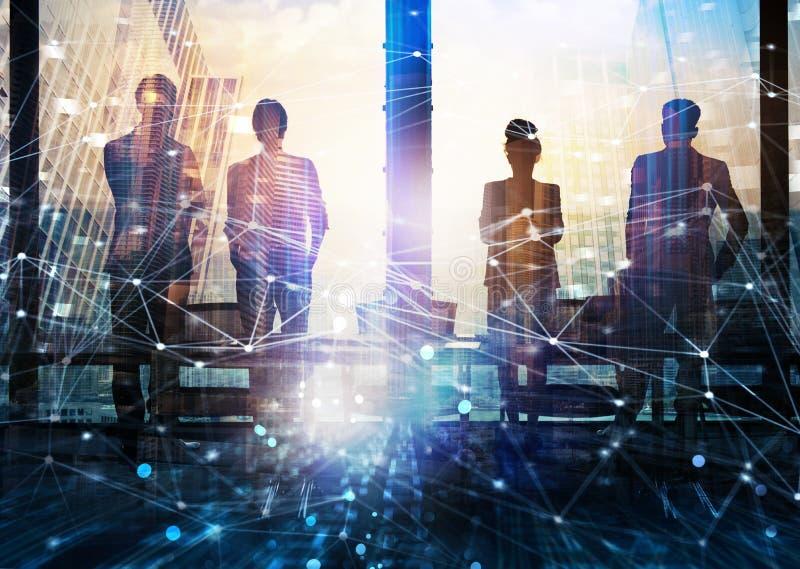 Grupo de sócio comercial que procura o futuro com efeito digital da rede fotos de stock