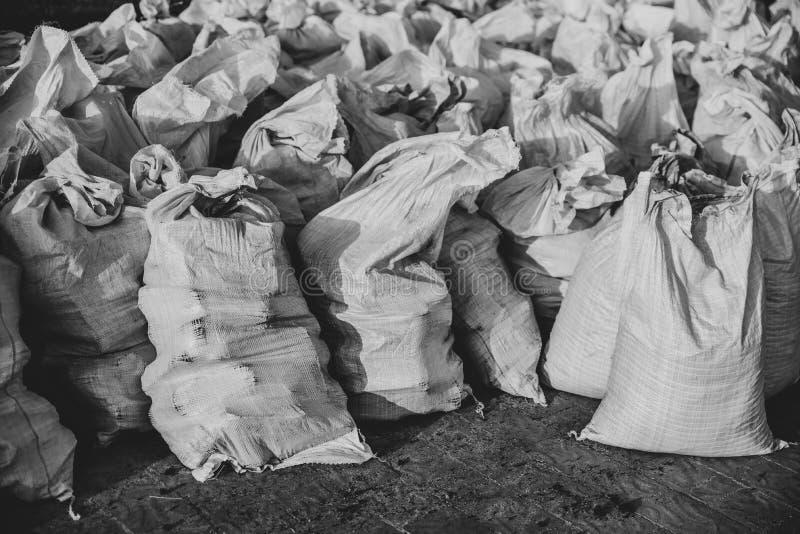 Grupo de sacos tecidos plástico enchidos, efeito monocromático fotografia de stock