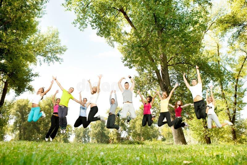 Grupo de salto de la gente joven imagen de archivo libre de regalías