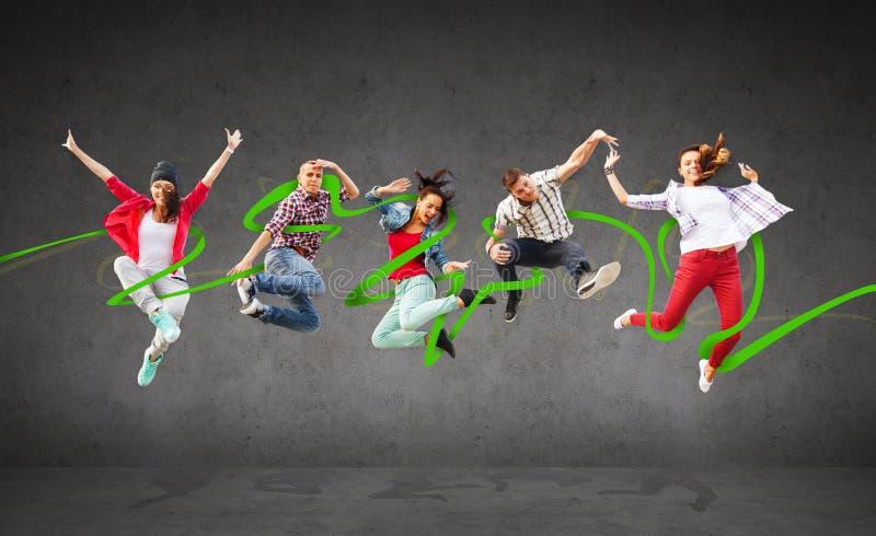 Grupo de salto dos adolescentes fotografia de stock royalty free