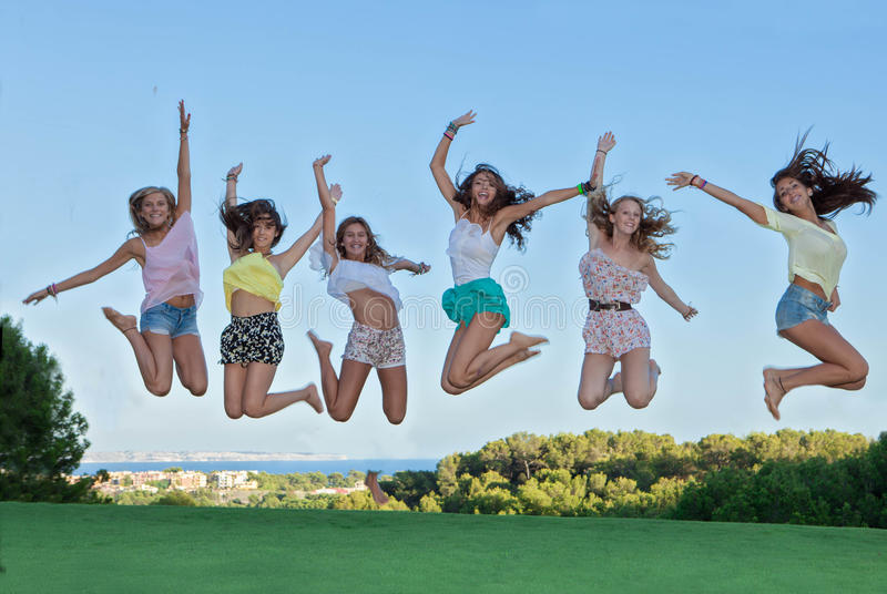 Grupo de salto feliz de las adolescencias, foto de archivo libre de regalías