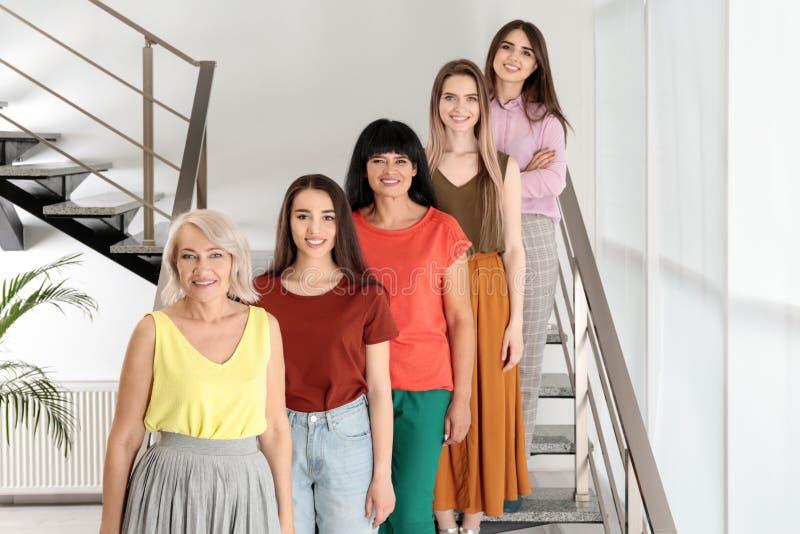 Grupo de senhoras em escadas Poder das mulheres imagens de stock