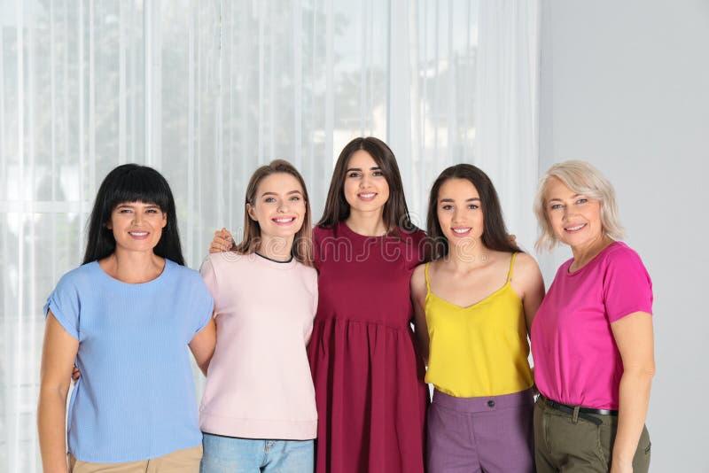 Grupo de senhoras perto da janela conceito do poder das mulheres fotos de stock royalty free