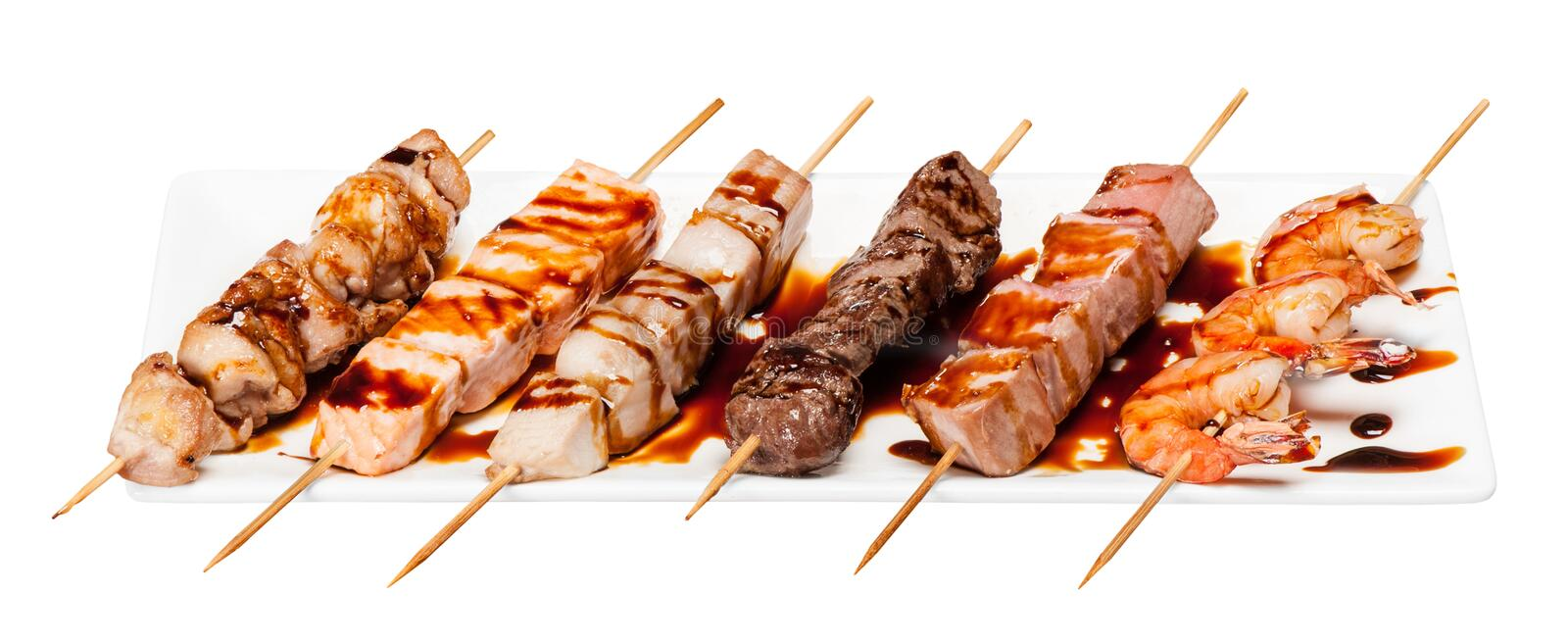 Grupo de shashlik diferente do no espeto dos espetos isolado no branco fotografia de stock