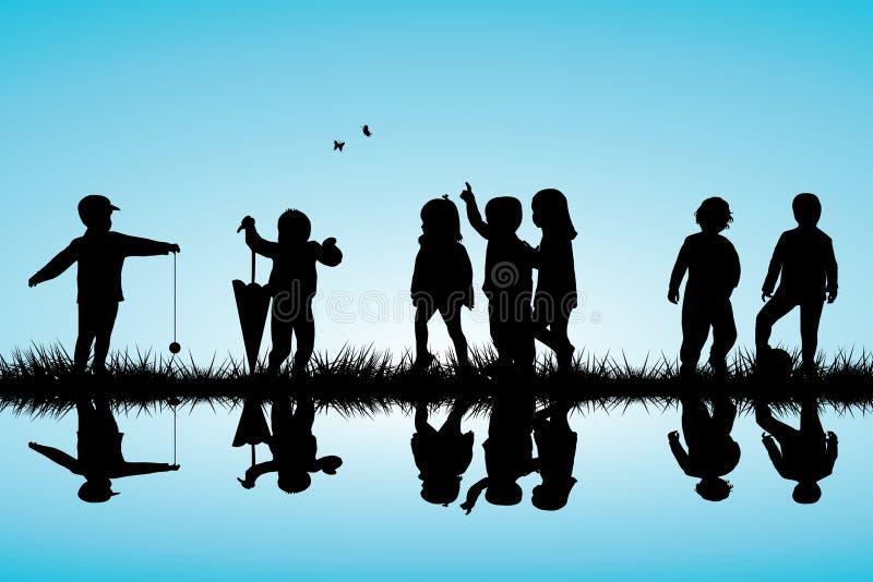 Grupo de silhuetas das crianças que jogam próximo exterior ilustração royalty free
