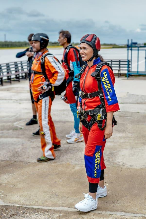 Grupo de skydivers antes de saltar fotos de stock