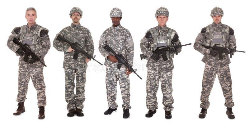 Grupo de soldado con el rifle imagenes de archivo