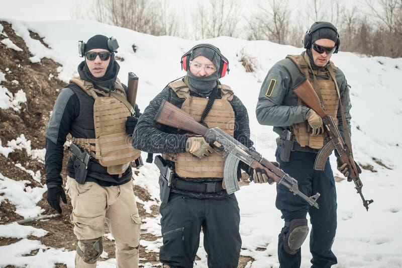 Grupo de soldados do ex?rcito no uniforme militar com equipamento completo foto de stock