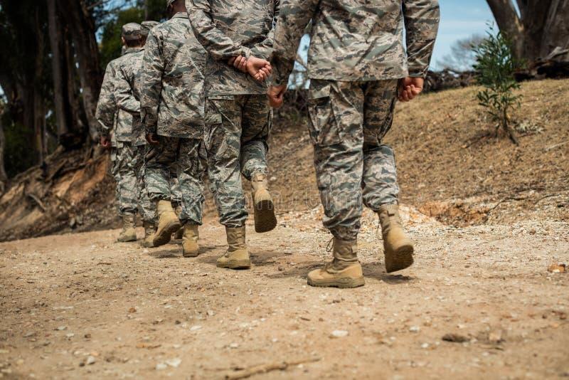 Grupo de soldados militares em uma sessão de formação imagens de stock royalty free