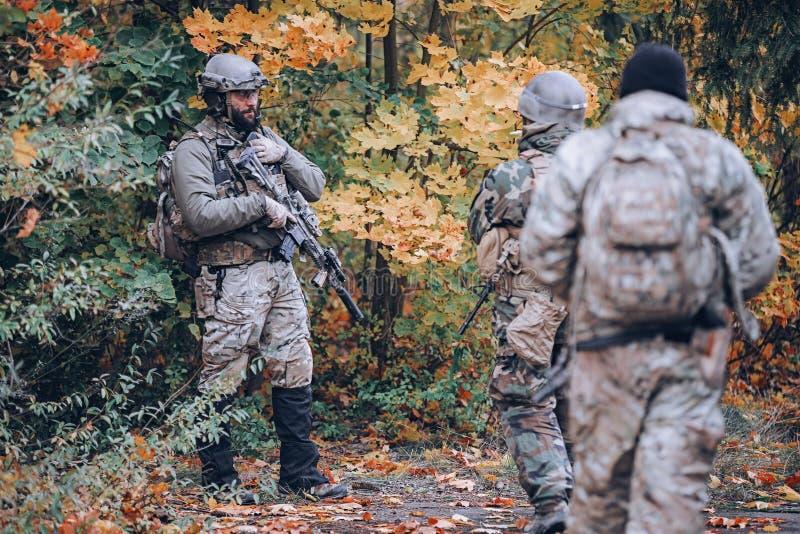 Grupo de soldados na floresta do outono fotos de stock royalty free