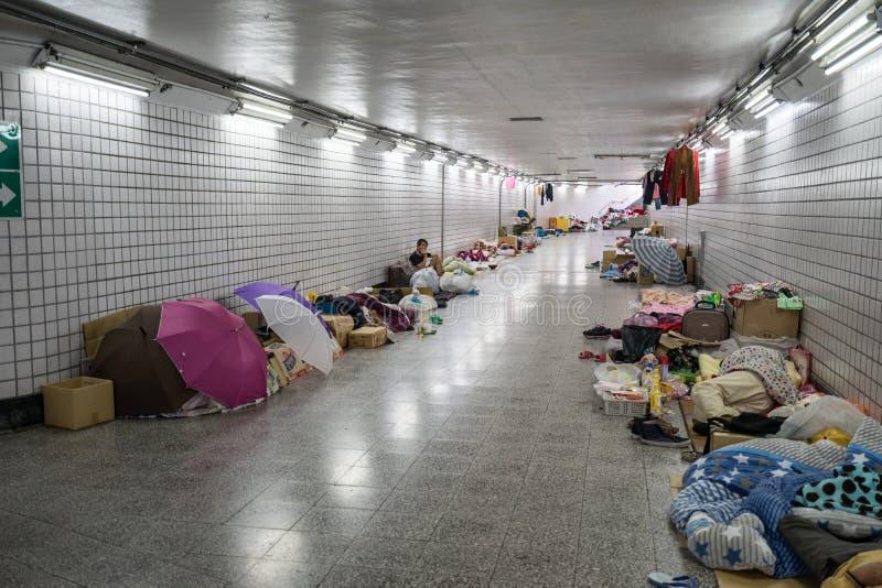 Grupo de sono desabrigado na caixa de papel na passagem subterrânea imagens de stock
