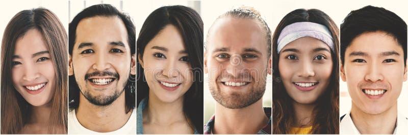 Grupo de sorriso da cara, grupo criativo feliz da equipe de povos multi-étnicos que expressam emoções e sorrisos positivos foto de stock