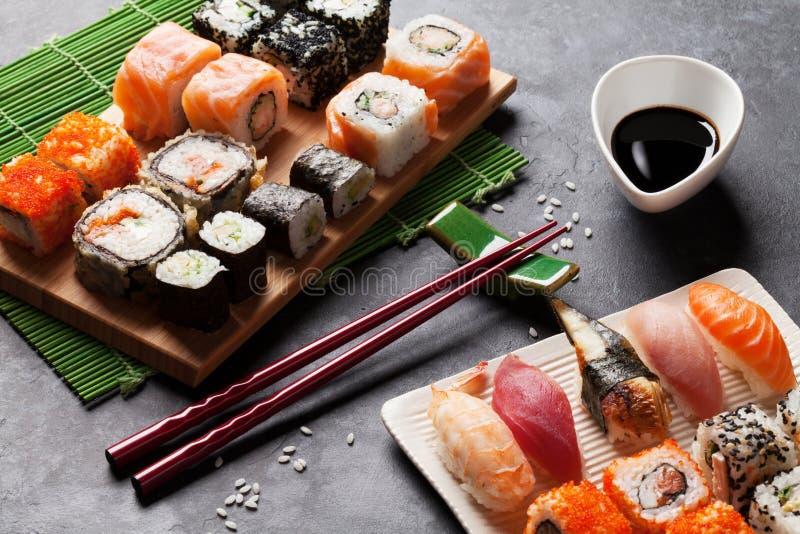 Grupo de sushi e de rolo do maki imagens de stock royalty free